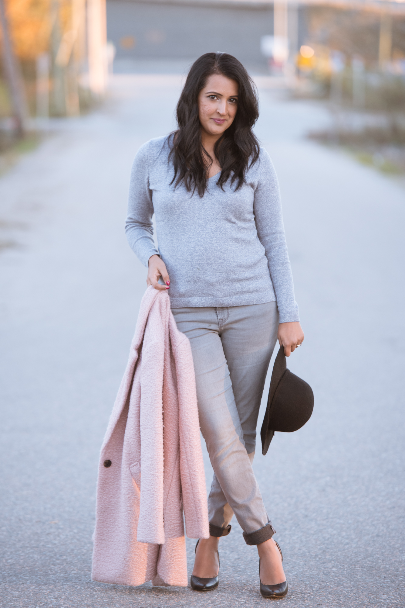pink and grey fall outfit, grey jeans, pink chai living